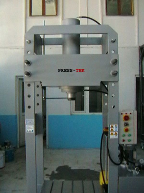 Hydraulic workshop press wit high working capacity